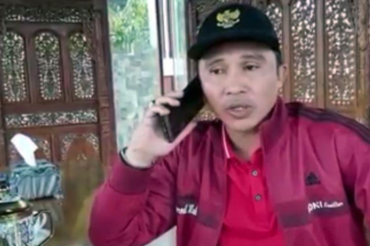 Bupati Lampung Barat, Parosil Mabsus saat menelepon LN, warga Kabupaten Negeri Suoh yang terkonfirmasi positif covid 19. LN tinggal di Jakarta. (Foto: capture video/Facebook).