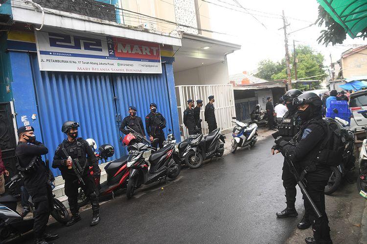 Petugas berjaga di depan bekas markas  DPP Front Pembela Islam (FPI) yang ditutup di Petamburan, Jakarta, Rabu (30/12/2020). Polisi dan TNI menutup markas FPI setelah pemerintah memutuskan untuk membubarkan organisasi pimpinan Rizieq Shihab itu.