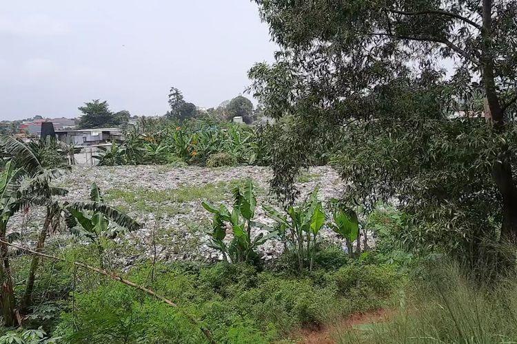 Lautan sampah di samping pintu Tol Jorr Kota Bekasi Barat, Kota Bekasi, Sabtu (23/1/2021)