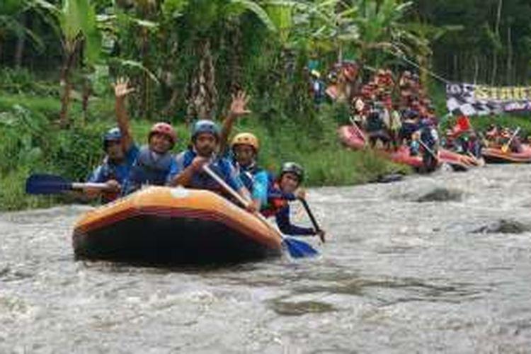 Pemkab Banyuwangi, Jawa Timur menggelar Festival Arung Jeram selama dua hari, Sabtu (16/4/2016) dan Minggu (17/4/2016). Festival Arung Jeram digelar di Sungai Badeng, Kecamatan Songgon.