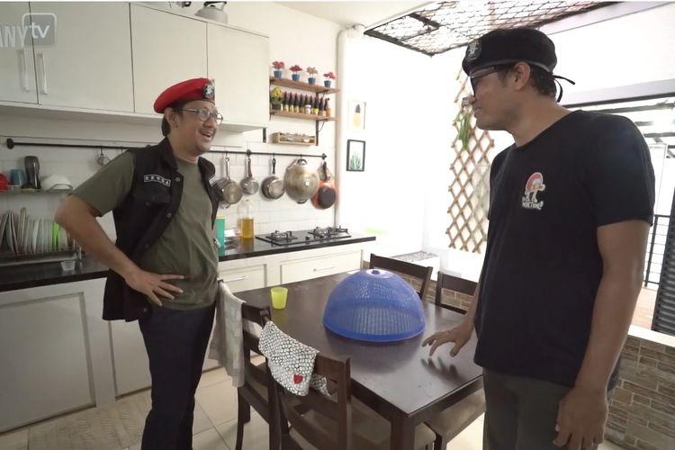 Komedian Andre Taulany (kiri) mengunjungi rumah Soleh Solihun.