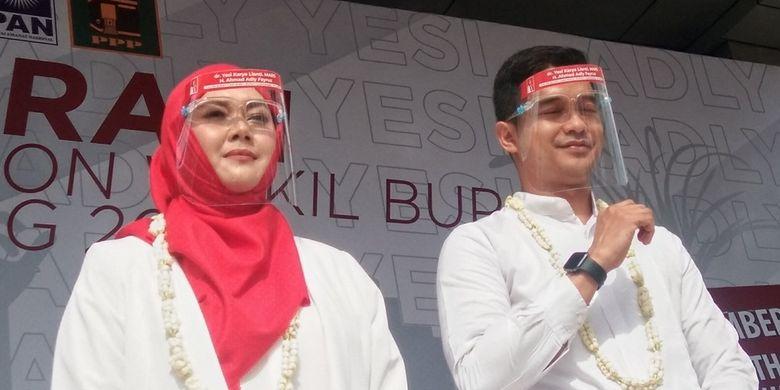 Pasangan Yesi Karya Lianti-Ahmad Adly Fairuz saat mendaftar sebagai Bakal Calon Bupati dan Wakil Bupati Karawang ke KPU Karawang, Jumat (4/9/2020).