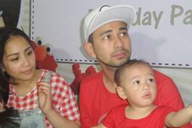 Raffi Ahmad dan Nagita Slavina usai perayaan ulang tahun pertama putranya Rafathar di Play Parq Kemang, Jakarta Selatan, Sabtu (20/8/2016).