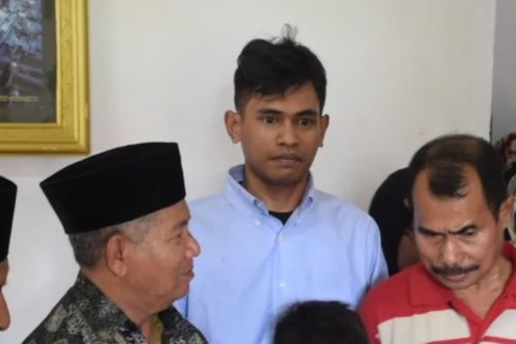 Muhamad Farhan (kemeja) telah pulang bertemu dengan keluarganya di Kota Baubau, Sulawesi Tenggara.