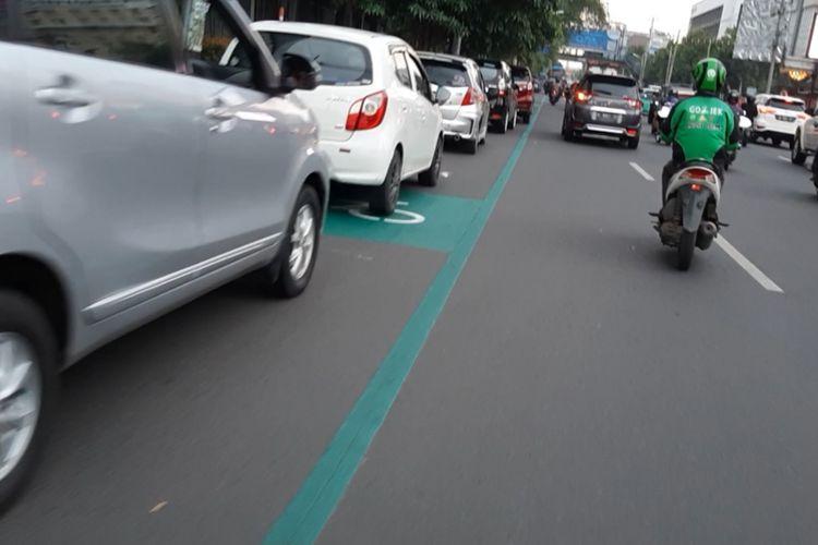 Jalur khusus sepeda di sepanjang Jalan Pemuda Kota Semarang yang dipakai tempat parkir, Senin (26/10/2020).