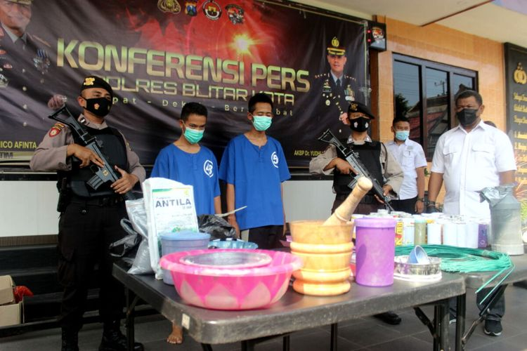 Polres Blitar Kota menangkap dua orang peracik dan penjual bubuk mercon, Mentul dan Petol, warga Kecamatan Wonodadi, Kabupaten Blitar