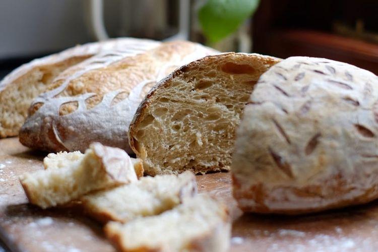 Pembuatan sourdough dengan fermentasi alami.