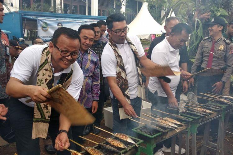 Menteri Kelautan dan Perikanan Edhy Prabowo dan Gubernur Jabar Ridwan Kamil saat membakar ikan bakar bersama warga Bandung dalam kampanye gemar makan ikan di Gedung Sate, Jalan Diponegoro, Sabtu (2/11/2019).