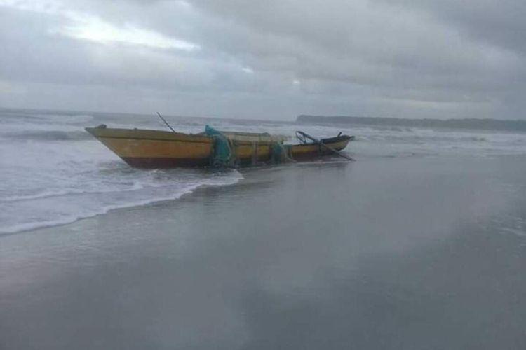 Kapal Motor (KM ) Selgabadan Kamar Jaya yang tenggelam di perairan laut Aru kini terdampar di pesisir pantai peraiaran tersebut, Sabtu (23/5/2020)