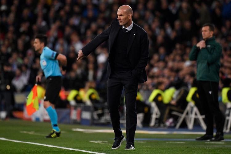 Pelatih Real Madrid asal Prancis, Zinedine Zidane memberi isyarat saat pertandingan 16 leg pertama Liga Champions UEFA antara Real Madrid CF dan Manchester City di stadion Santiago Bernabeu di Madrid pada 26 Februari 2020.