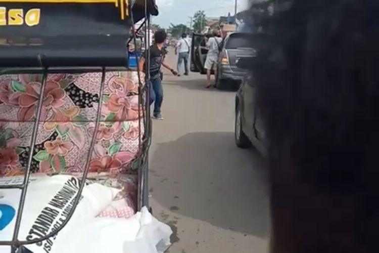 Foto screenshot video viral saat personel polisi dari Polres Ogan Ilir melakukan tembakan peringatan ke pelaku begal motor yang hendak dihentikan di ruas jalan lintas timur Palembang-Ogan Ilir. Pelaku berjumlah dua orang masih sempat melarikan diri namun berhasil ditangkap di Kecamatan Sungai Pinang.