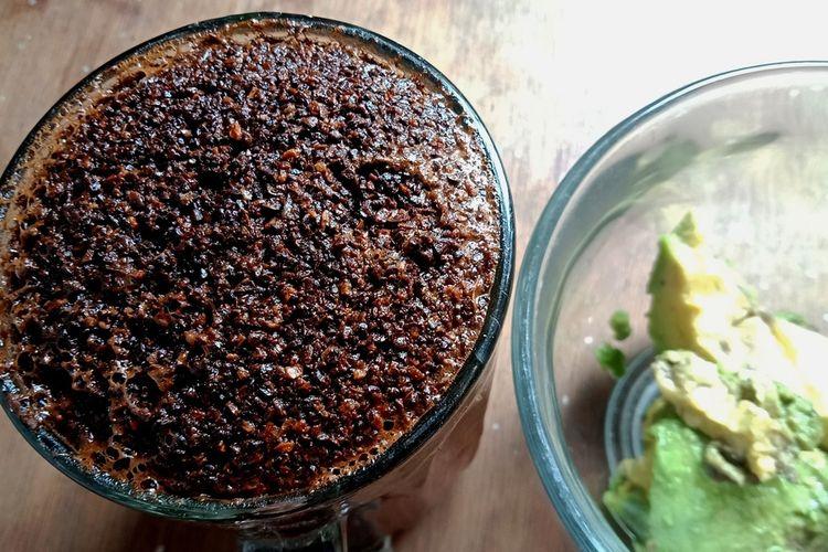 Beragam varietas kopi tumbuh mengelilingi Danau Toba. Salah satunya kopi dari Doloksanggul dengan merek dagang KopiTAO ini. Diseduh ala tubruk, kopi ini menghadirkan aroma khas, karakter kuat dan after taste yang panjang.