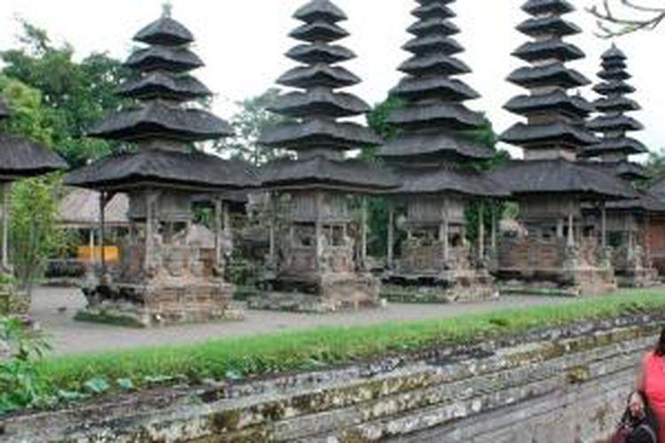 Ilustrasi: Seorang wisatawan asing berkeliling menikmati keindahan Pura Taman Ayun, Kabupaten Badung, Bali, beberapa waktu lalu.