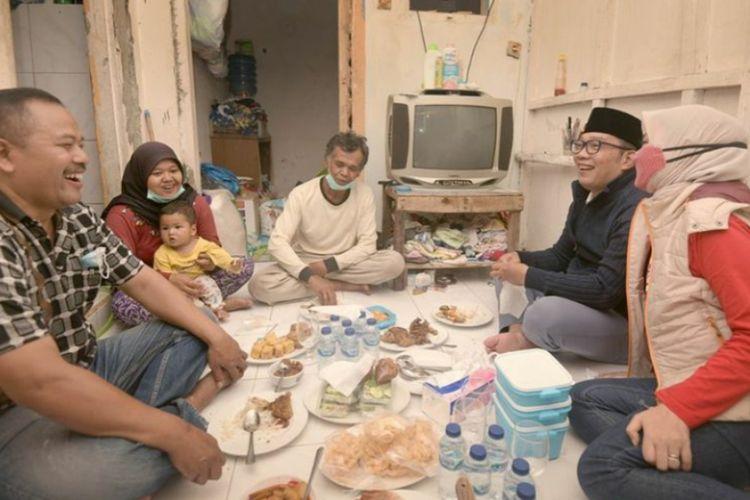 Gubernur Jawa Barat Ridwan Kamil bersama istrinya Atalia Praratya berkunjung ke rumah Dede, swlah seorang pemulung asal Kiaracondong, Kota Bandung, Kamis (31/12/2020).