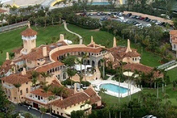 Residen klasik mewah yang terdiri dari 58 kamar tidur dan 33 kamar tidur ini dibeli Trump pada 1985 dengan harga Rp 145 miliar