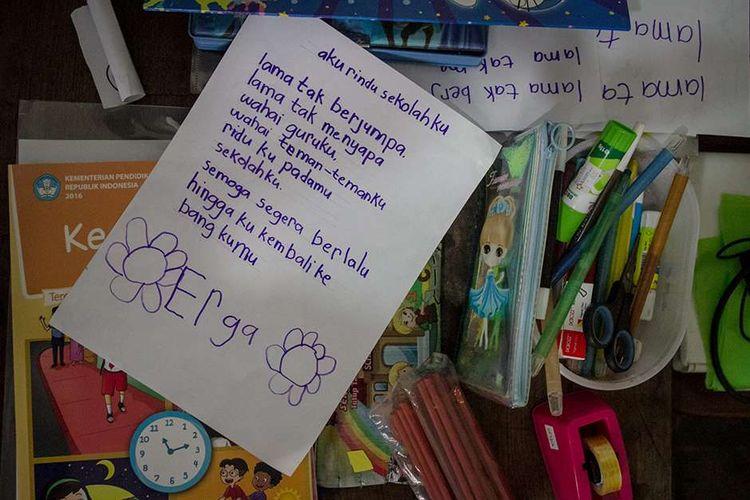 Foto dirilis Rabu (28/10/2020), memperlihatkan puisi pelajar mengenai kembali sekolah di Tipes, Solo, Jawa Tengah. Untuk mewujudkan pelaksanaan KBM tatap muka di tengah pandemi, Dinas Pendidikan Kota Surakarta menunjuk SMP Negeri 4 mengawali dengan melaksanakan simulasi.