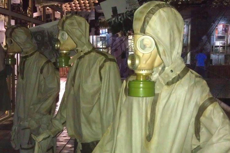 Baju pelindung anti radiasi yang dipakai oleh para pekerja untuk membersihkan Pembangkit Listrik Tenaga Nuklir Chernobyl dari radiasi nuklir. Reaktor Nomor 4 di Chernobyl meledak pada 26 April 1986.