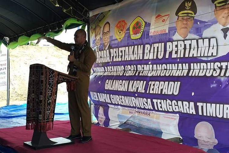 Gubernur NTT Viktor Bungtilu Laiskodat, memberi arahan sesaat sebelum acara peletakan batu pertama pembangunan galangan kapal, di Desa Pitay, Kecamatan Sulamu, Kabupaten Kupang, Senin  (13/01/2020) kemarin