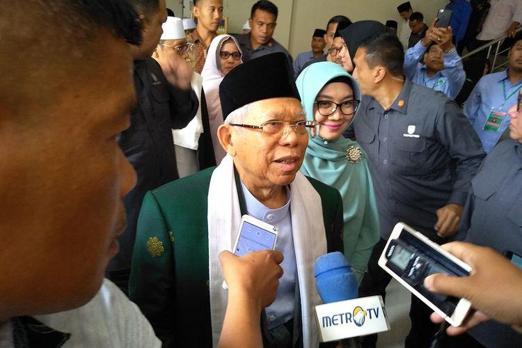 Maruf Amin saat hendak meninggalkan gedung MUI Medan. Di kesempatan tersebut, Maruf menyinggung tentang khilafah yang menurutnya tertolak di Indonesia karena menyepakati kesepakatan.