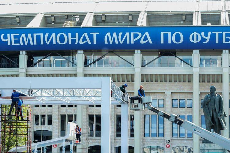 Para pekerja tengah melakukan persiapan akhir jelang pembukaan Piala Dunia 2018 di Stadion Luzhniki. Foto diambil pada 9 Juni 2018.