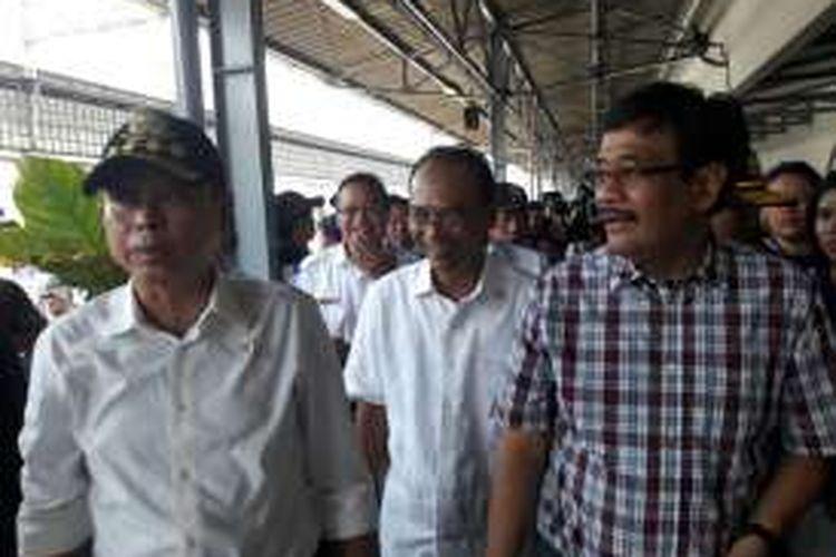 Menteri Perhubungan Ignasius Jonan (kiri) dan Wakil Gubernur DKI Jakarta Djarot Saiful Hidayat usai melepas pemudik gratis di Stasiun Senen, Jakarta, Sabtu (2/7/2016)