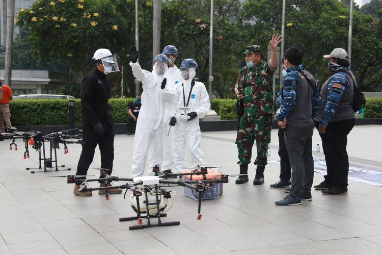 penyemprotan desinfektan dengan drone di kawasan SCBD, Jakarta Selatan, Jumat (27/3/2020)