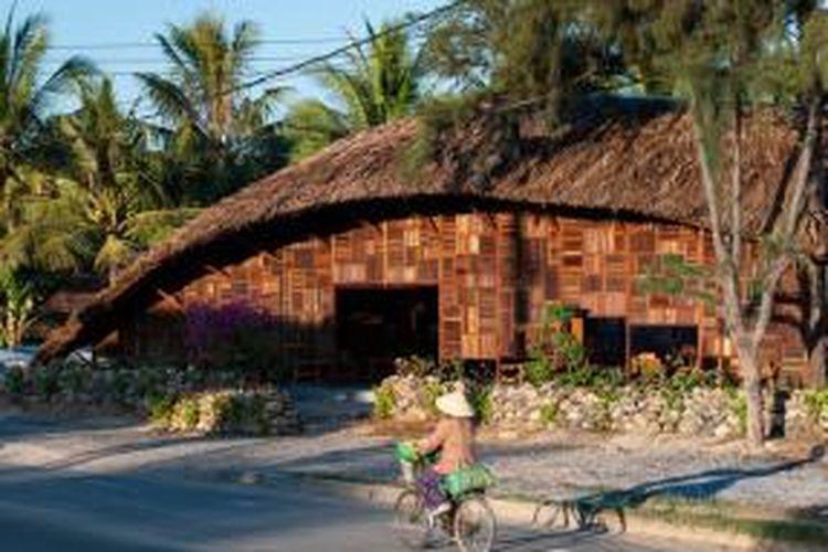 Sesuai namanya, Salvaged Ring, kedai kopi ini dibangun dari kayu-kayu bekas. Tampilannya yang bersaja pun dengan mudah membaur dengan lingkungan pedesaan di Nha Trang, Vietnam.