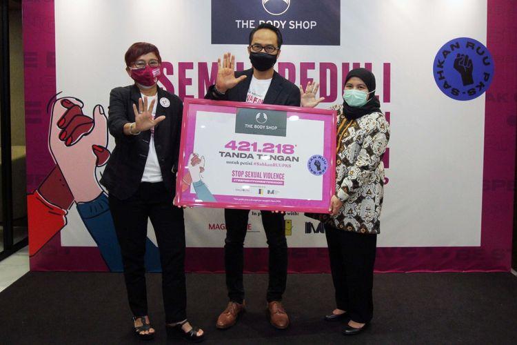 Suzy Hutomo, Executive Chairperson and Owner The Body Shop Indonesia dan Aryo Widiwardhono, CEO The Body Shop Indonesia menyerahkan petisi menolak kekerasan seksual kepada Diah Pitaloka, Ketua Presidium KPP-RI dan Ketua Komisi 8, Senin (8/3/2021)