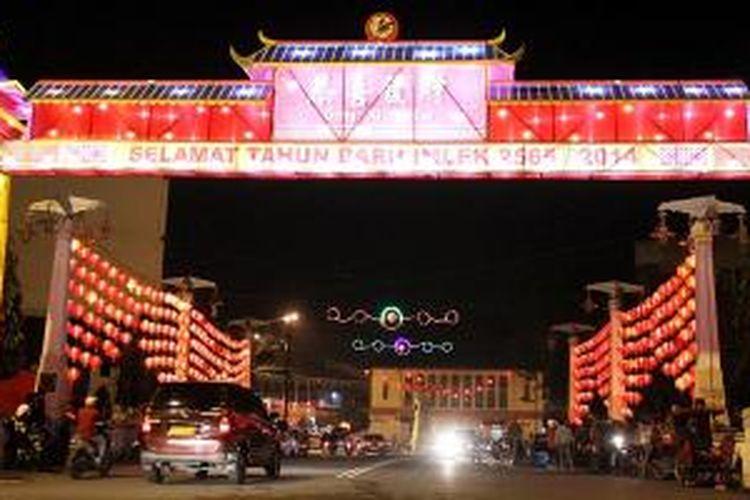 Lampion aneka bentuk menghiasi kawasan Pasar Gede dan sepanjang Jalan Sudirman di Kota Solo dalam menyambut Imlek, Kamis (23/1/2014) malam. Selain itu, juga digelar Solo Imlek Festival yang menyajikan seni budaya percampuran Tionghoa dan Jawa serta stan aneka produk di sebelah timur dan utara Benteng Vastenburg, Solo.