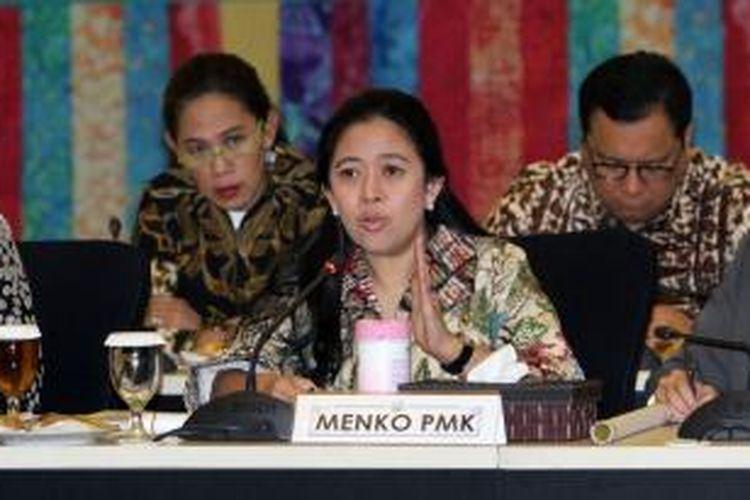 Menteri Koordinator Pembangunan Manusia dan Kebudayaan (PMK) Puan Maharani mengikuti rapat koordinasi tingkat menteri di Kantor Kemenko PMK, Jakarta, Jumat (31/10/2014). Rakor tersebut mengagendakan persiapan peluncuran program keluarga produktif.