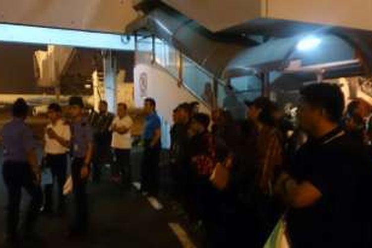 Penumpang Lion Air kelelahan menunggu bus jemputan menuju pesawat, setelah ground handling Lion Air dibekukan oleh Kementerian Perhubungan. Kejadian ini terjadi pada Jumat pagi (20/5/2016) di Bandara Soekarno Hatta, Cengkareng.