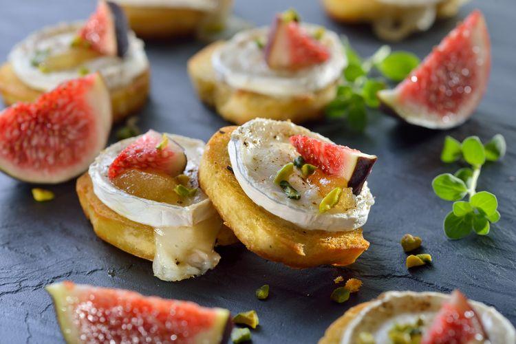 Ilustrasi scallop atau kerang kampak dengan kacang pistachio ala restoran fine dining.