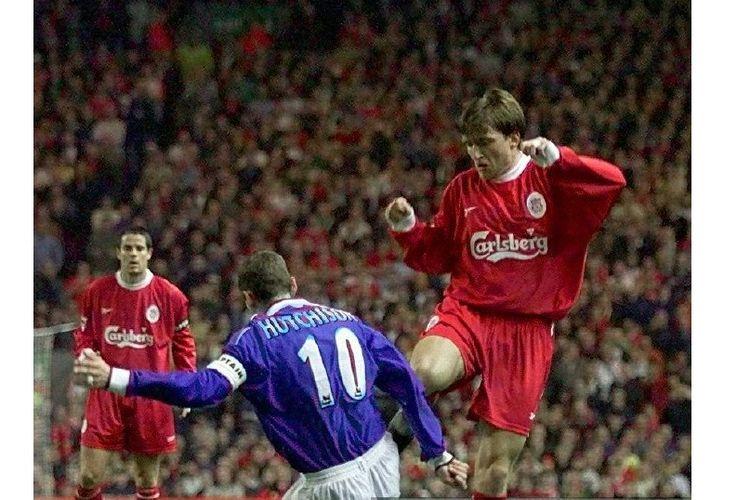 Penyerang Liverpool, Vladimir Smicer, beraksi lawan kapten Everton, Don Hutchison, pada laga Liverpool vs Everton di Stadion Anfield pada 27 September 1999.