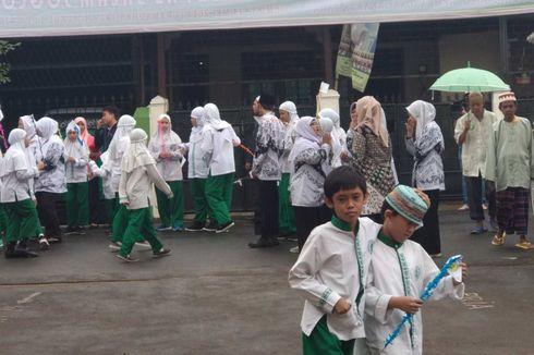 Siswa SD As-Salam Rela Hujan-hujanan Tunggu Gubernur DKI