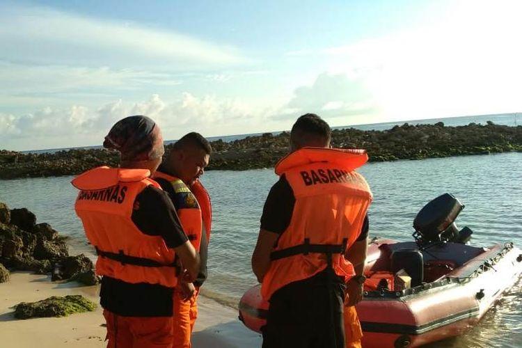 Tim SAR Pos Namlea, Kabupaten Buru, Maluku melakukan persiapan dan doa bersama sebelum melakukan operasi pencarian terhadap satu nelayan yang menjadi korban hilang, Senin (8/4/2019)