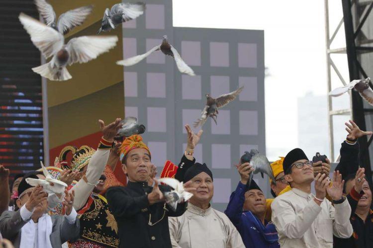 Pasangan Capres-Cawapres nomor urut 1 Joko Widodo (kedua dari kiri)-Maaruf Amin (kiri) dan nomor urut 2 Prabowo Subianto (kedua dari kanan)-Sandiaga Uno saat simboliasi pelepasan burung pada Deklarasi Kampanye Damai dan Berintegritas di Kawasan Monas, Jakarta, Minggu (23/9/2018). Deklarasi tersebut bertujuan untuk memerangi hoaks, ujaran kebencian dan politisasi SARA agar terciptanya suasana damai selama penyelenggaraan Pilpres 2019.