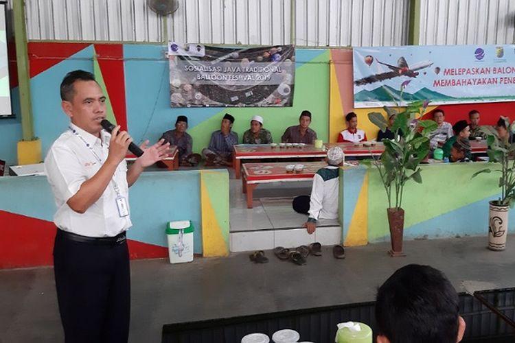 Alit Yustiawan dari Airnav Indonesia menerangkan materi kepada warga Kota Pekalongan, Jawa Tengah terkait balon udara.