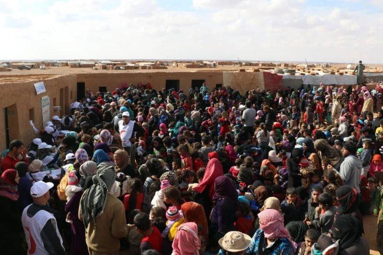 Pengungsi Suriah mengantre untuk mendapatkan vaksinasi di kamp al-Rukban, di perbatasan Yordania.