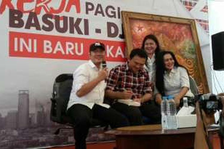 Calon gubernur DKI Jakarta Basuki Tjahaja Purnama bersama warga Pamulang yang mendukungnya di Rumah Lembang, Menteng, Jumat (23/12/2016).
