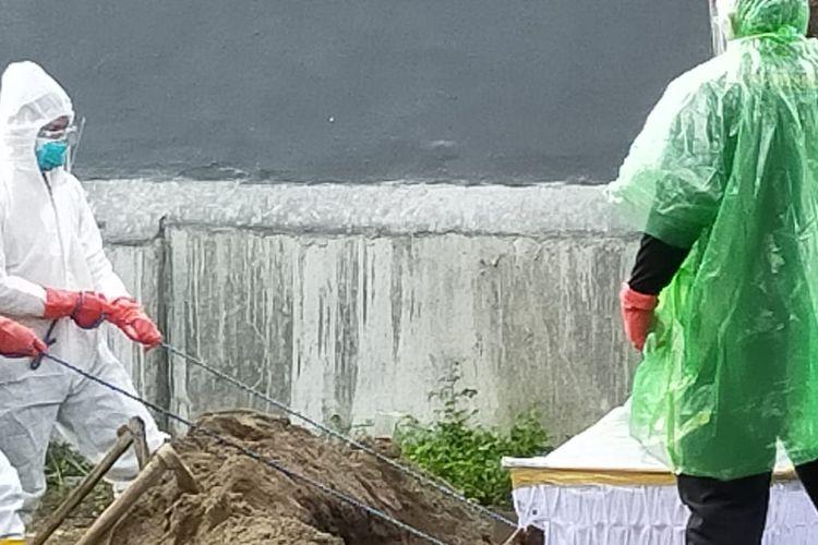 Sejumlah anggota Polsek Sumurpanggang Polres Tegal Kota terlibat langsung memakamkan jenazah pasien Covid-19 di Kota Tegal karena petugas pemakaman tak datang, Sabtu (21/11/2020) (Istimewa)