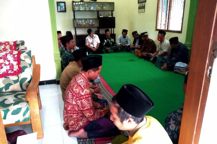 Puluhan warga di lingkungan rumah keluarga Ady Sonata di Kelurahan Satrian, Kecamatan Kanigoro, Kabupaten Blitar, melangsungkan doa tahlil untuk keselamatan Ady Sonata dan awak KRI Nanggala-402, Sabtu sore (24/4/2021)