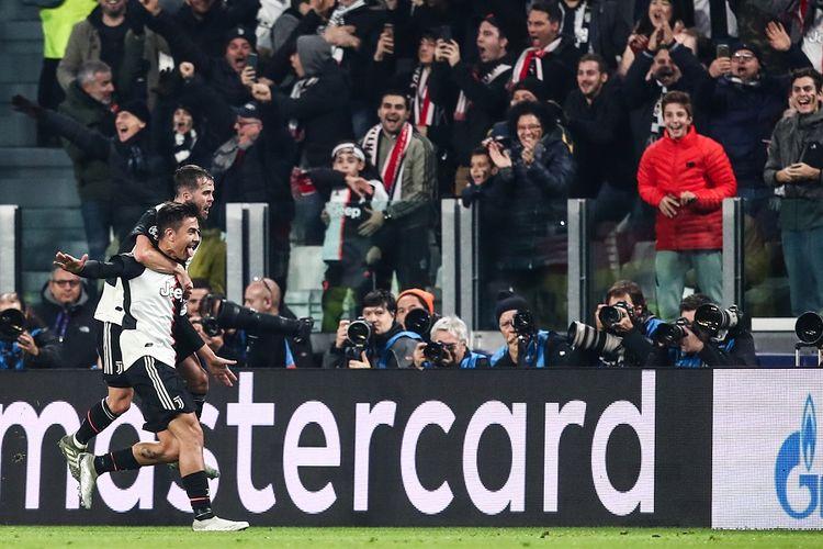 Penyerang Juventus Paulo Dybala (kiri) merayakan gol dengan gelandang Juventus Miralem Pjanic dalam pertandingan Grup D Liga Champions Juventus vs Atletico Madrid pada 26 November 2019 di Stadion Juventus di Turin.