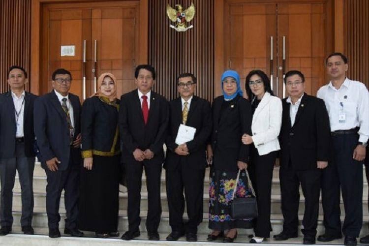 Pansus Rancangan Undang-Undang Sistem Nasional Ilmu Pengetahuan dan Teknologi berfoto bersama usai rapat paripurna