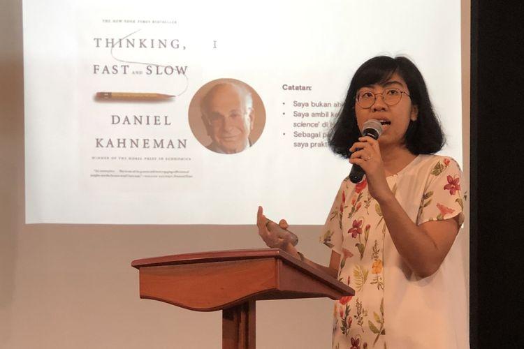 Andhyta Firselly Utami, ekonom lingkungan dalam sesi kedua Science Underground 2020, Jumat, 13 Maret di Teater Utan Kayu, Jakarta.