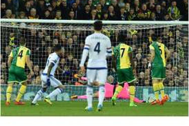Striker Chelsea asal Brasil, Kenedy (2 dari kiri), mencetak gol pada menit pertama saat melawan Norwich City di Carrow Road, Norwich, Selasa (1/3/2016), pada lanjutan Premier League.
