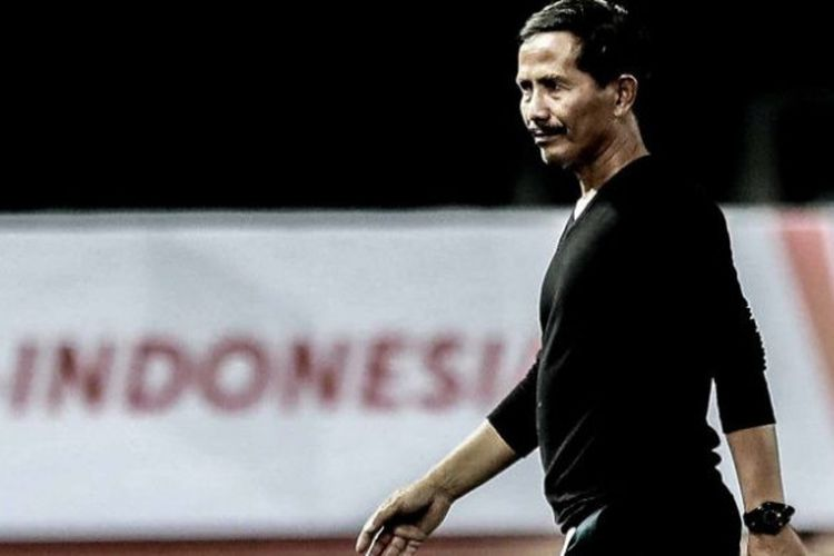 Wajah tegang pelatih PSMS Medan, Djadjang Nurdjaman saat mendampingi timnya melawan Kalteng Putra pada laga perdana Grup X 8 Besar Liga 2 musim 2017 di Stadion Patriot Candrabhaga, Kota Bekasi, Kamis (9/11/2017).