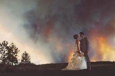 Dibayangi Kebakaran Hutan, Pasangan Pengantin Ini Tetap Berfoto