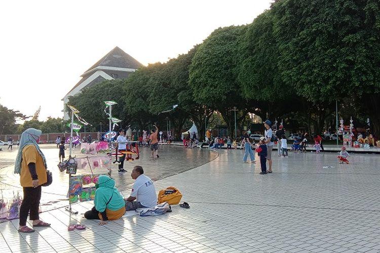 Beberapa wisatawan yang datang ke Taman Mini Indonesia Indah (TMII) pada minggu kedua setelah tempat wisata dibuka kembali, Minggu (6/7/2020).