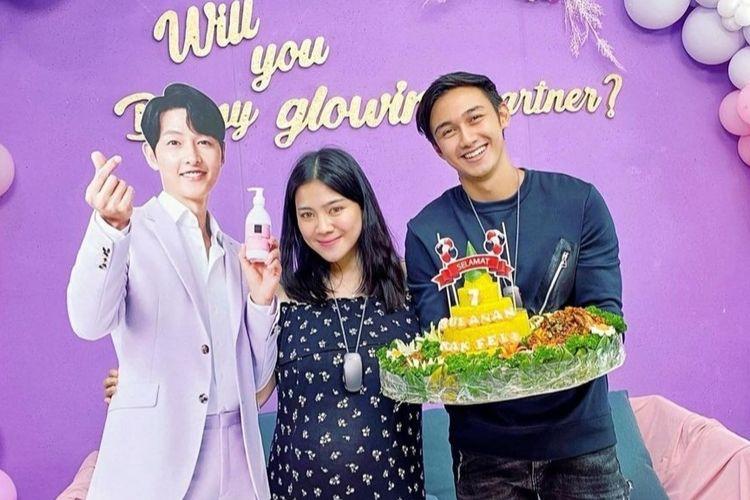 Felicya Angelista dan Caesar Hito berfoto dengan stand figure Song Joong Ki dalam perayaan 7 bulan kehamilan Felicya.