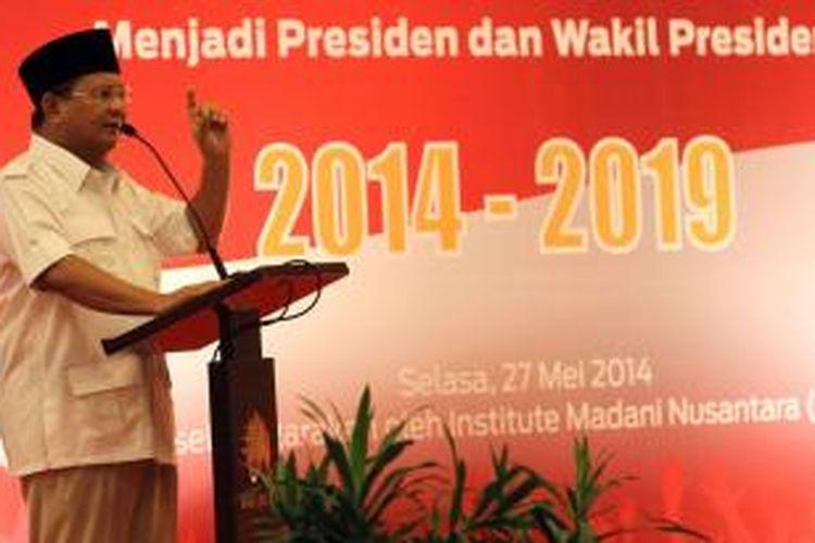 Calon presiden dari Patai Gerindra Prabowo Subianto memberikan sambutan saat menghadiri acara dukungan dari Guru, Guru Besar, dan Cendikiawan, di Jakarta, Selasa (27/5/2014). Sejumlah guru besar dan cendikiawan dengan latar belakang kampus yang berbeda memberikan dukungannya kepada Prabowo Subianto untuk menjadi presiden tahun 2014-2019.